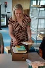 Tamar laat enkele kunstboeken zien